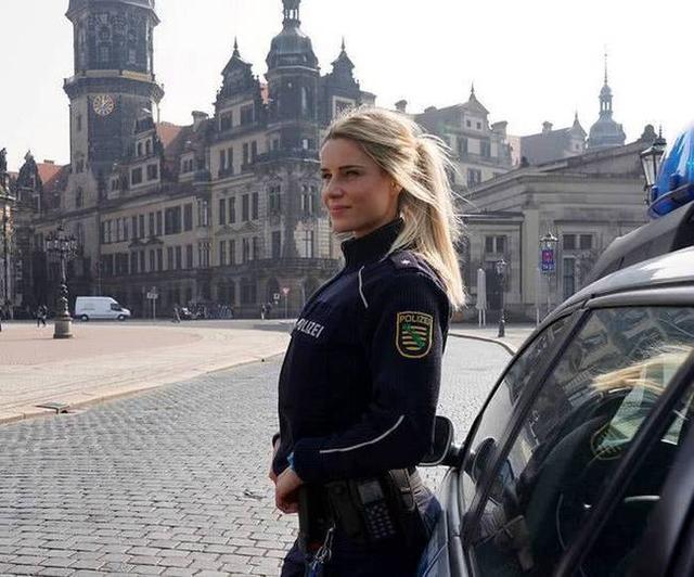 Adrianne Koleszar,一位34岁的德国女警察。不过她的另一个身份非常特别,很多人都表示知道这个消息时简直难以想象。(鸣谢:hawk26)