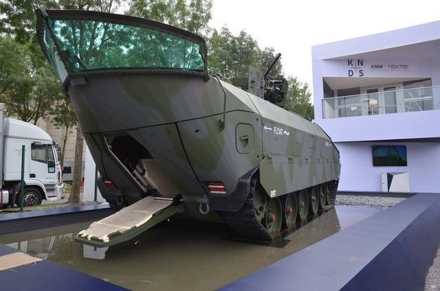 德国KMW公司在2018年欧洲防务展上展示了其最新设计的水陆两栖装甲车。这款装甲车仿佛是一款装了履带的船,整个前部的设计和船非常相似。该船在公路上的时速达到70公里。
