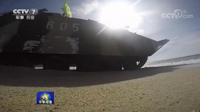 水际滩头,铁甲轰鸣。第74集团军某合成旅通过构设逼真战场环境,重点对两栖装甲战斗群海上射击、特情处置等课目展开检验性研练。