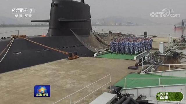 央视《军事报道》节目近日播出了海军东海舰队某潜艇支队的训练画面,这支部队聚焦练兵备战、不断挑战自我,练装备极限、练战法极限,锻造无坚不摧的深海利剑。在画面中出现了该部队最新装备的新型AIP(不依赖空气推进)常规潜艇,该潜艇为039型潜艇的改进型号(注意围壳衔接处的填角设计),这也是该型潜艇装备部队后首次在公开报道中曝光。
