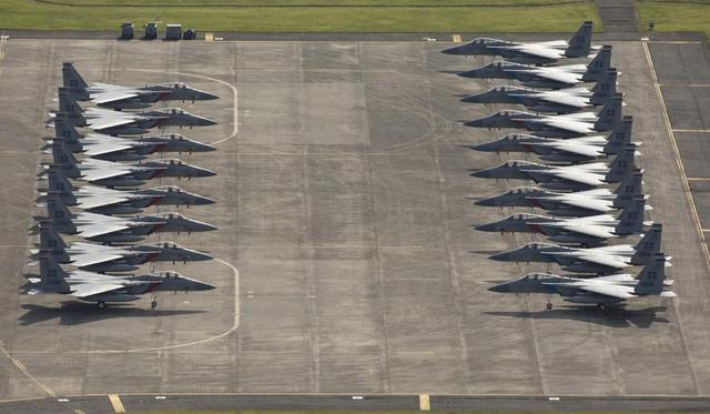 受到台风玛利亚的影响,美国空军多架F-15战斗机和F-22战斗机降落在日本横田基地躲避此次的强台风。这批战斗机是从日本嘉手纳基地前往横田基地的。
