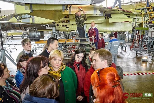 位于阿穆尔河畔的俄罗斯共青城加加林飞机制造厂近日向公众开放参观了战斗机生产线,而这里所制造的最著名的机型当属苏-35战斗机,从画面中可以看到正在进行组装的多架苏-35。