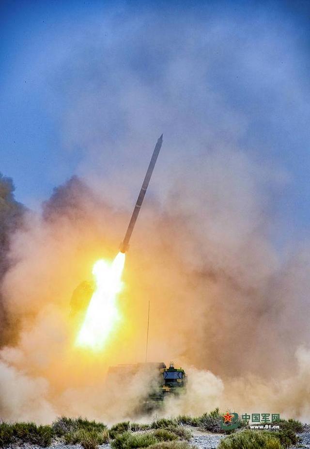 """PHL-03远程火箭炮发射300毫米""""火龙140A""""(外贸名称)精确制导火箭弹,该火箭弹的射程可达140公里以上"""