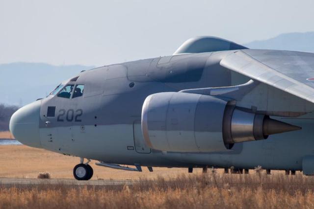 近日,一架外形奇特的日本C-2运输机进行了首飞,和普通的C-2运输及不同的是,该机机身后部有隆起,酷似雷达罩,而实际上这些隆起也确实就是雷达罩,试飞的这架飞机为日本最新的RC-2型电子侦察机,该机在日本航空自卫队的岐阜基地进行试飞。