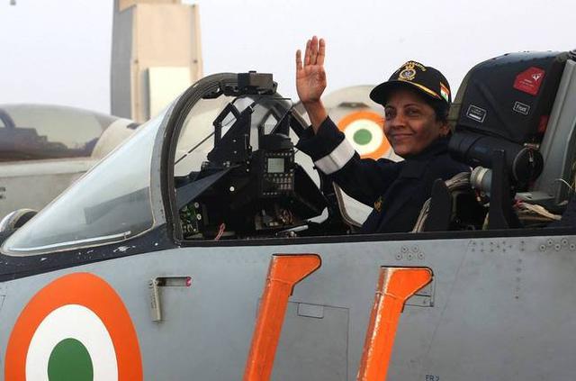 """1月8日,印度国防部长尼玛拉·西塔拉曼视察""""超日王""""号(INS Vikramaditya)航母。"""