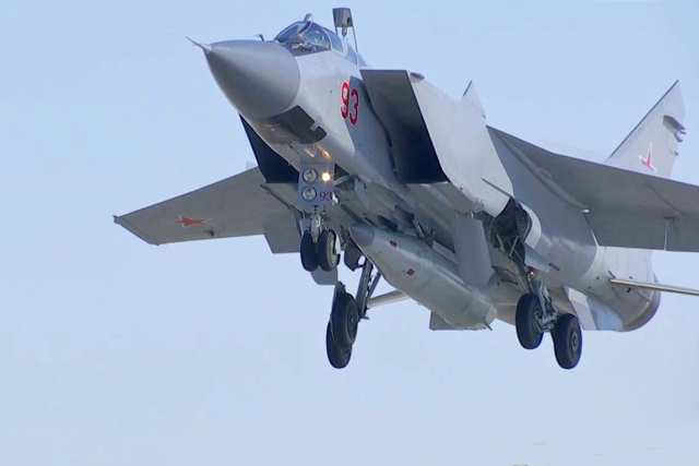 """据俄罗斯卫星网报道,俄军11日成功完成了一次""""匕首""""高超音速导弹实弹发射演习。俄空天部队米格-31机组,在指定区域开展'匕首'超音速航空导弹系统实战发射演习。导弹成功击中在靶场设置的目标,演习圆满结束。"""