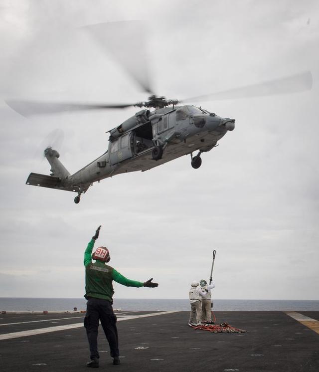 """美国海军官方网站2月10日公布了尼米兹级核动力航母卡尔-文森号(CVN-70)在南海活动的照片,照片的说明文字称,""""作为例行部署的一部分,卡尔-文森号正在西太平洋行动""""。而美国国防部长马蒂斯1月25日曾在越南首都河内表示,美国有望于3月派出一艘航母访问越南。这将是1975年越南战争结束后美国航母首次访问越南。"""