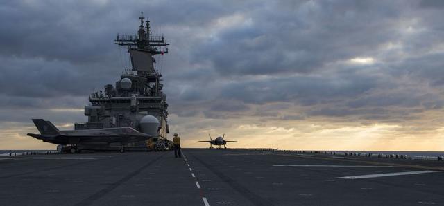 据美国海军网3月13日发布的照片显示3月12日,美国海军黄蜂号两栖攻击舰仍然滞留在东海海域,而F-35B也在东海海域上空进行了多次飞行。
