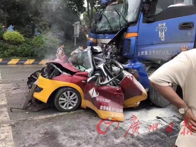 18日,一驾校教练车停在一大型货车等候时,遭到另一辆重型货车追尾,教练车直接被撞成一个铁疙瘩,车内三人当场死亡。驾校教练原本是带上岳父和妻弟外出过节。事故原因正在调查中。