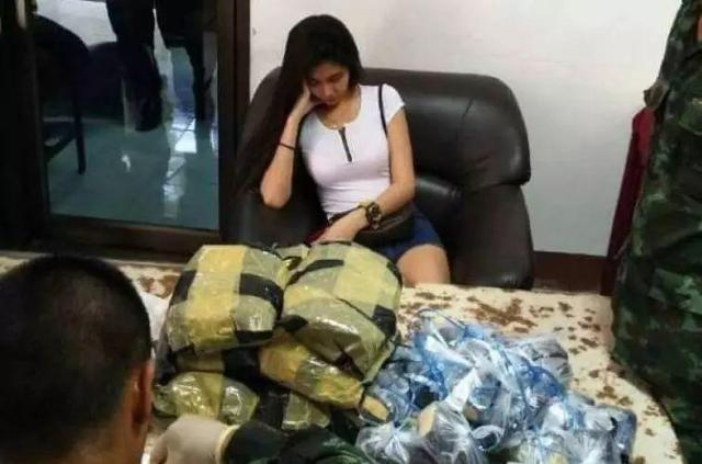 9月12日报道,泰国帕府1名美女开车运毒品,碰到路上检查站时企图以迷人相貌转移警察的搜查,可是警察没有中计,并在其车里搜到13公斤冰毒和86000粒安非他命。来源:泰国星暹日报