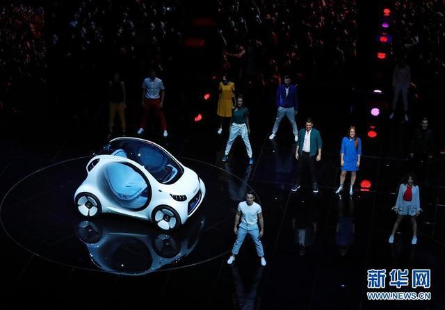 这是9月12日在德国法兰克福国际车展媒体预展上拍摄的奔驰Smart纯电动自动驾驶概念车。  当日,多款电动汽车亮相德国法兰克福国际车展媒体预展,车展将于9月14日正式对公众开放。  新华社记者罗欢欢摄