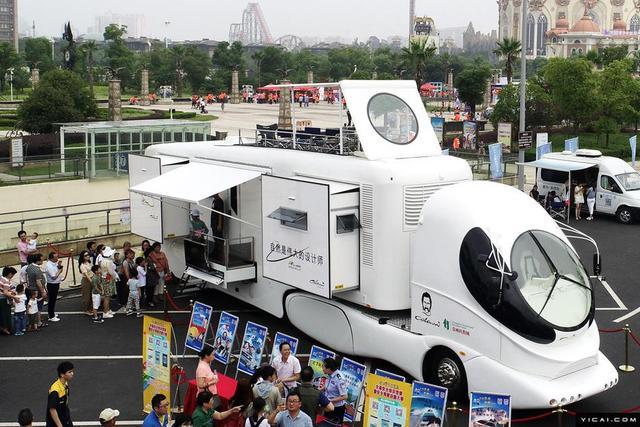 2018年6月10日,全球首款超豪华房车在江苏省常州市城市交通畅行工程启动仪式上亮相,吸引了众多市民的目光。