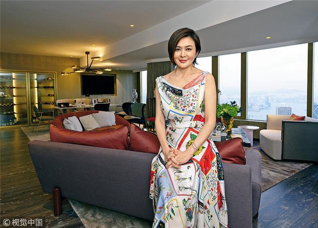 今年56岁的关之琳,不仅是娱乐圈里的美魔女,更是明星级的投资达人,尤其热衷楼市,她在香港、上海和北京均拥有物业,买进卖出间获利颇丰。去年,她花了1.9亿港元(约合1.54亿人民币)买了两套房子,其中一套短短一年已经升值到1.5亿港元(约合1.22亿人民币)。关之琳把这套豪宅打造成自己的香闺,近日她在家中接受采访,正式曝光新居。