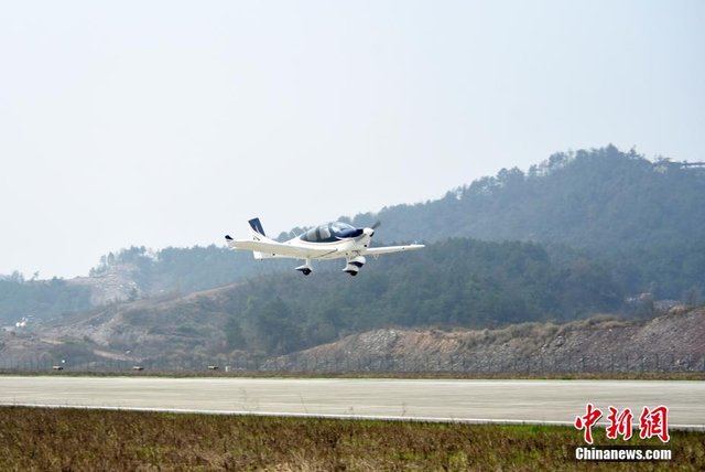 """3月11日,江西冠一通用飞机公司一架具备完全自主知识产权的""""民企造""""通用飞机GA20在浙江横店通用机场首次面向公众完成试飞。当天,GA20首次进行了失速测试、稳定性测试及操纵性能测试,向公众展示了自己的各项优越性能。经过半个小时的试飞后安全返场着陆,飞机状态稳定。中新社发  冠一通飞 摄"""