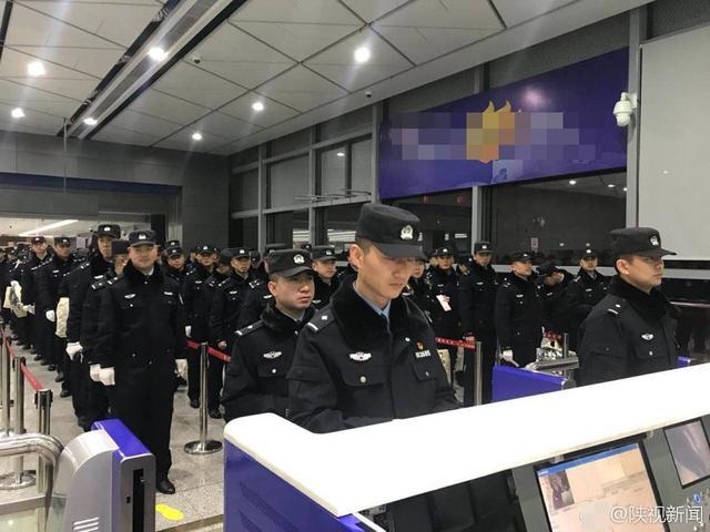 1月12日清晨6点30分,陕西省公安厅和西安市公安局工作组及130多名特警队员乘警务包机前往老挝万象。当天下午,63名电信网络诈骗犯罪嫌疑人将押解回西安。图文:陕视新闻
