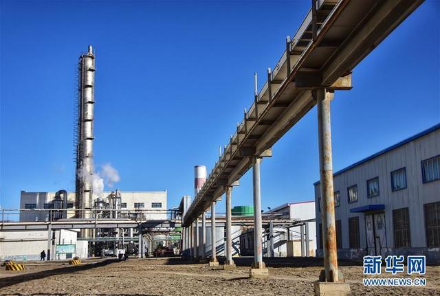 这是青海盐湖硝酸盐业股份有限公司的15万吨硝酸装置(1月11日摄)。  记者从青海盐湖工业股份有限公司获悉,其旗下的青海盐湖硝酸盐业股份有限公司2017年底向西班牙赛能(Sener)集团出口的首单熔盐产品,目前已分批次到达赛能集团在非洲的光热项目基地。新华社记者田文杰摄