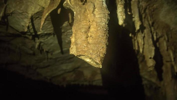 太行山溶洞 游客用电锯割洞石