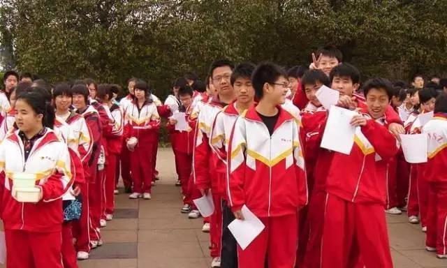 一套宽大、配色奇特、剪裁不合体、一穿就是好几年的校服,大概是很多人青春期的噩梦。这套红配黄胸柿炒蛋,可以说是最美的一套了。