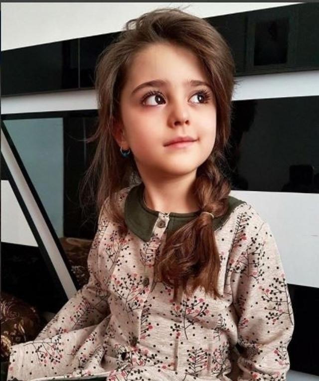 """伊朗一名父亲因担心女儿颜值太高,会引来有心人士骚扰甚至伤害,于是毅然辞去工作,当起女儿的""""专职保镖""""。"""