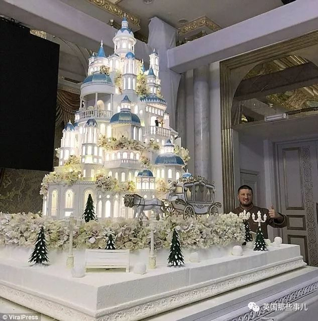 最近哈萨克斯坦的一场婚礼,受到了许多媒体的关注。新人来头不小,分别是总统的侄女和一位政治家的儿子,到场的嘉宾也非富即贵,当地的富商,阿拉伯贵族,体育明星。然而,婚礼结束后,这对新人的恩爱甜蜜倒是没啥人在意,因为他们的风头被现场的婚礼蛋糕给完全抢走了…