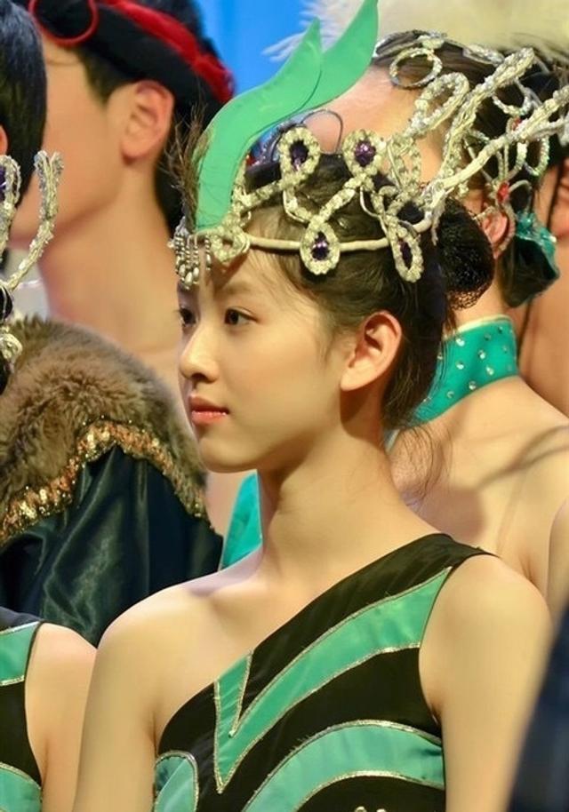 奶茶妹妹章泽天一组在清华大学时跳舞旧照曝光,照片中章泽天清纯模样让人叹服。