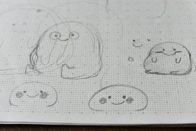 """创作""""乖巧宝宝""""初期,钟超能的想法很简单,就是想做出一个脸圆圆,有弹性的形象。2016年6月,我开始画这套表情,直到9月才上线。一开始,""""乖巧宝宝""""总被评价说不够可爱、不够圆。经历了无数次修改后,上线的""""乖巧宝宝""""比初稿的形象更简单、更软萌。"""
