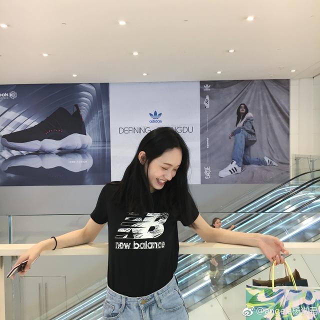 近日,来自四川音乐学院的校花@angela杨淑君 在自己的微博上更新了几组写真。照片中,她穿着T恤和短裙,开心地在学校的操场边跑着,脸上的梨涡十分俏皮可爱。(图cr.@angela杨淑君 的新浪微博)