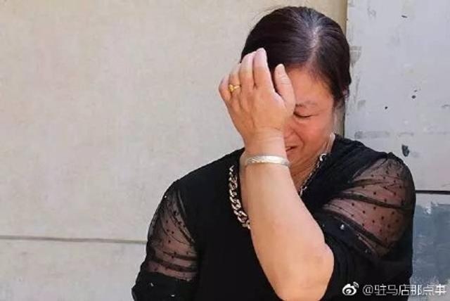 2017年6月7日上午,高考头一天。在河南驻马店,一位妈妈含泪守候在场外,生怕儿子再出什么意外。就在昨天,儿子骑车去看考场,不幸遭遇了车祸,被撞失忆。但孩子依然记得自己要考试。既坚强又让人感慨的情景令人唏嘘。(图片来自微博@驻马店那点事)
