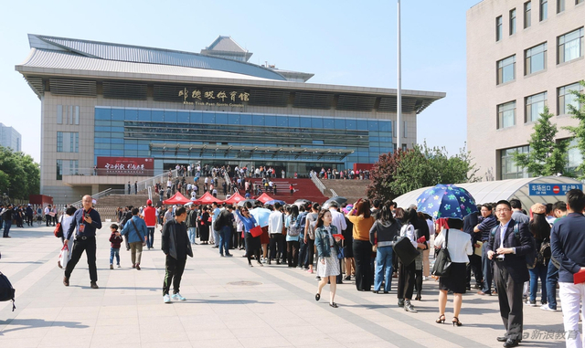 今天,是北京大学120周年校庆日。120年的时间里,北大凝聚了一代又一代人的青春、理想与激情。1898到2018,北大初心不改,继续向前,在北大生日之际,众多校友也重返校园,为母校庆生!新浪网教育频道版权所有,未经授权,禁止转载,违者必究。