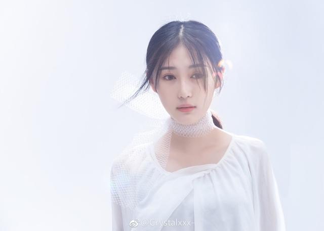 近日,四川高校校花Crystalxxx-在微博晒出一组写真,身披白纱,素净靓丽,满屏都是大长腿,吸粉无数。