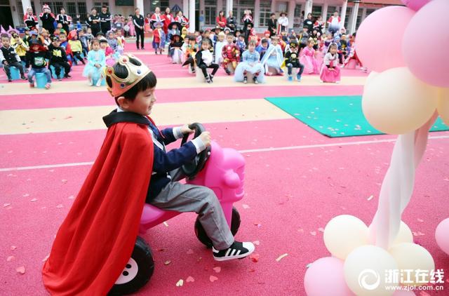 11月6日,嘉善县罗星街道江南幼儿园首届动漫节开幕,23个班级的小朋友身穿各式动漫服装参加活动。(浙江在线拍友 胡凌翔 孙隽 摄)