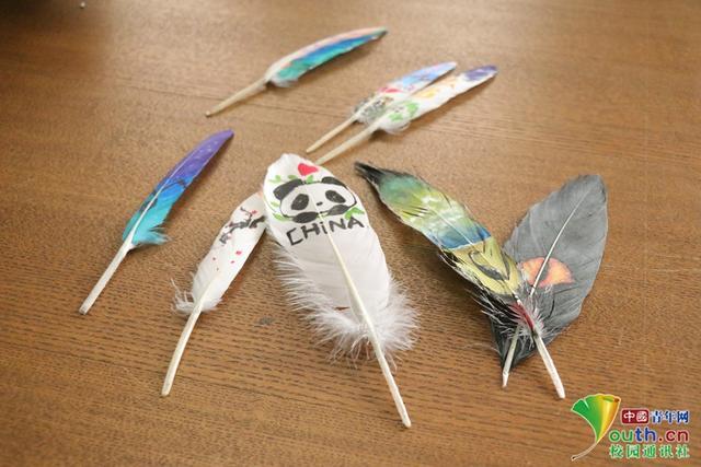 中国青年网北京1月8日电(记者 李华锡)近日,黄河科技学院的大学生开展了在羽毛上绘画的活动,10多名艺术设计学院的学生用丙烯材料和马克笔,把小动物、卡通人物、风景等画在了羽毛上。图为同学们绘画后的羽毛。学校供图