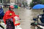 暴雨致湖北中考一考點被淹 30輛大卡車急運925名考生