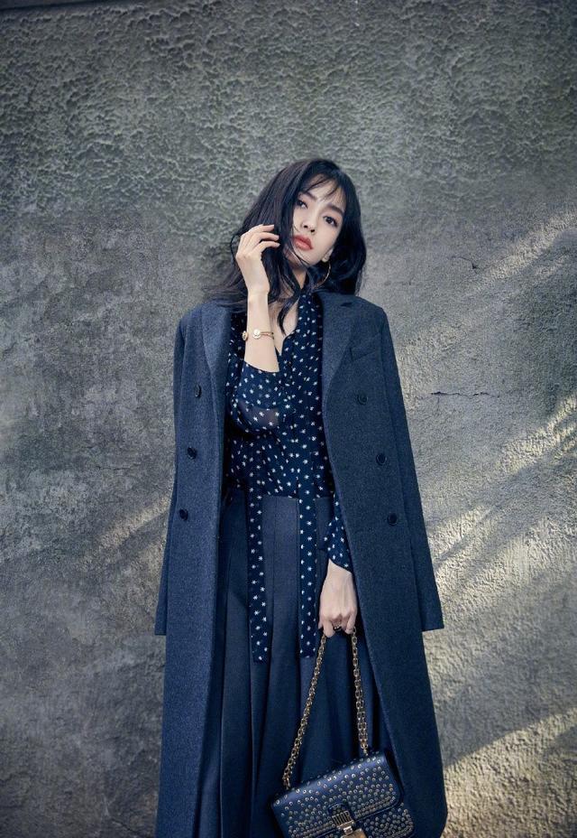 近日,Angelababy曝光一组时尚街拍。Baby身着早秋系列大衣,裁剪利落的外套简约有型,尽显现代职场女性的风范。(图片来源:新华网)