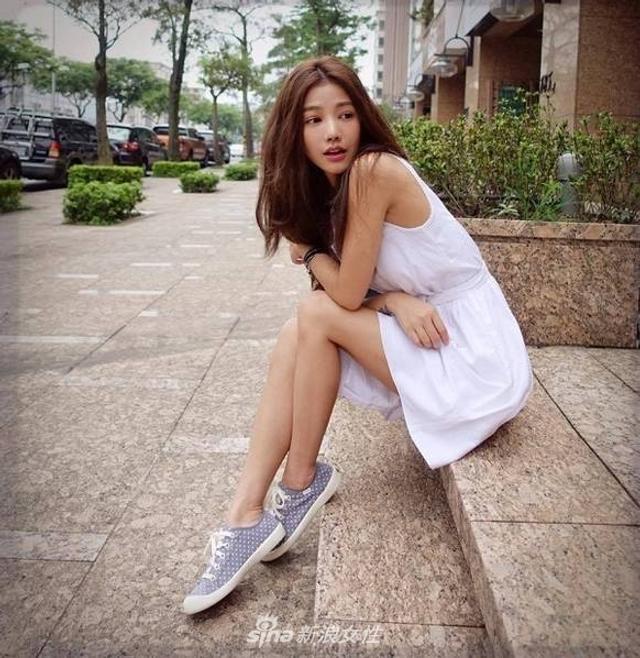 """这位来自台湾的美女,大家可能并不熟悉,她叫许路儿。单看这张脸,你绝对猜不到她的年龄,第一眼都会被她青春活力的外表给""""欺骗""""。"""