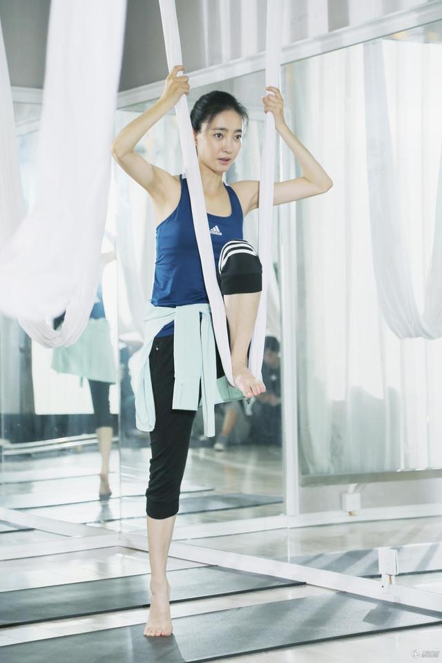 王丽坤健身照曝光,空中瑜伽展极佳柔韧度!