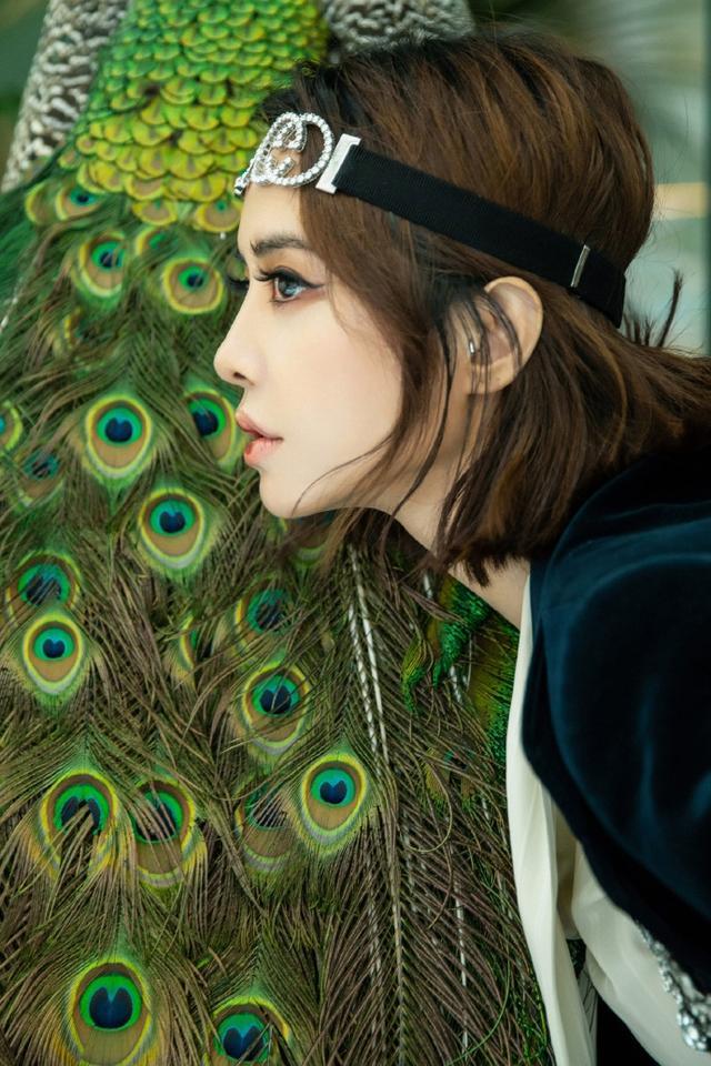 """近日,蔡依林工作室在微博上传一组照片,并配文称:""""每一片羽毛都值得被珍惜。""""照片中的蔡依林身穿丝绒阔腿西服套装,头戴闪亮钻石发带,与孔雀合影,看起来精致优雅。"""