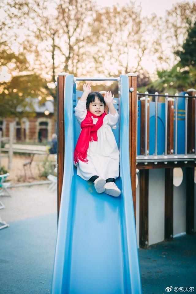"""11月7日晚,包贝尔在微博晒出多张女儿饺子外出游玩的照片。恰逢传统的立冬节气,包贝尔搞笑发文表示:""""好吃不过饺子""""。照片中饺子举手投足十分可爱,妥妥的一枚小公主没错了。网友们评论调侃:""""这么可爱的小朋友怎么可以吃呢""""、""""饺子是你吃的么!大胆!""""、""""大饺子,太可爱啦,包贝尔太幸福啦真的是!"""""""