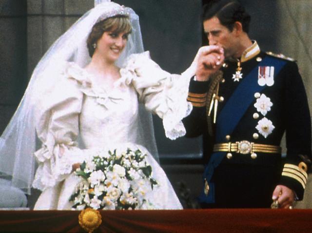 哈里王子与未婚妻梅根-马克尔将大婚,婚礼将在温莎城堡的圣乔治教堂举行。婚礼到来之际,让我们先来回顾一下英国王室近百年来的婚礼盛况吧。