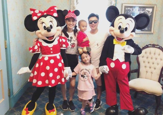李小鹏一家四口游迪士尼,庆祝儿子两岁生日。全家同行温馨有爱,奥莉也是越来越美了。