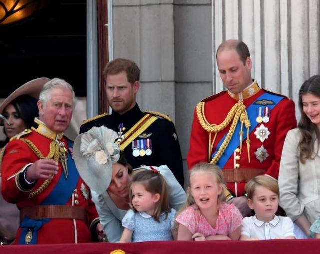 英国伦敦,英国女王伊丽莎白二世的92岁官方生日庆典举行,英国王室成员现身白金汉宫观看飞行表演。乔治小王子现身兴奋不已,被一旁的表姐萨凡纳(安妮公主的孙女)捂嘴,要求安静下来。(来源:中国日报网)