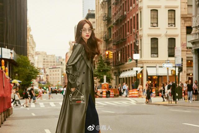 吴谨言为时尚杂志拍摄的一组时尚街拍曝光。照片中,吴谨言现身纽约街头,造型时尚洋气,很养眼。