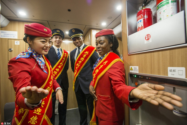丝路沿线国家留学生志愿者登上西成高铁,体验中国春运特色。