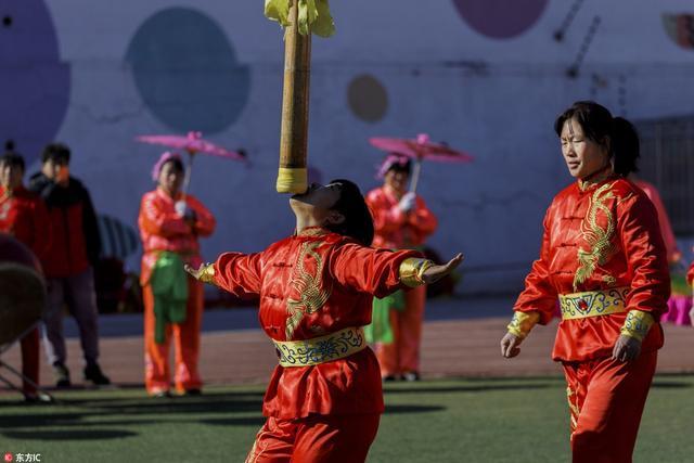 北京:房山水峪村女子中幡舞动迎新春。