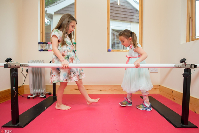 英国可爱女孩患脑瘫致残,姐妹情深小天使笑容好治愈。