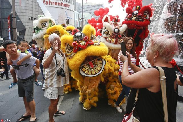 马来西亚迎接中国春节,舞狮表演精彩纷呈。