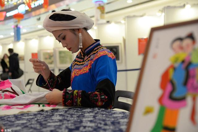 """""""魅力四川""""迎新展览在俄举行,少数民族姑娘现场展绣工。"""