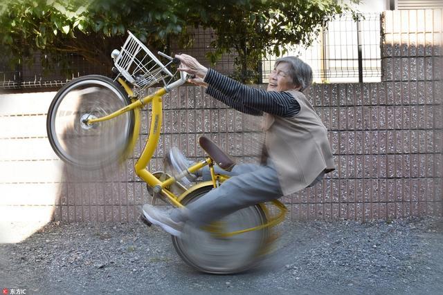 谁说退休只能跳广场舞?日本90岁奶奶清奇搞笑摄影圈粉无数。