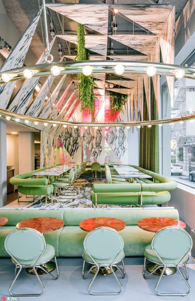 """西班牙""""银河系大理石帐篷""""餐厅开业,堪称城市里的绿光森林。"""
