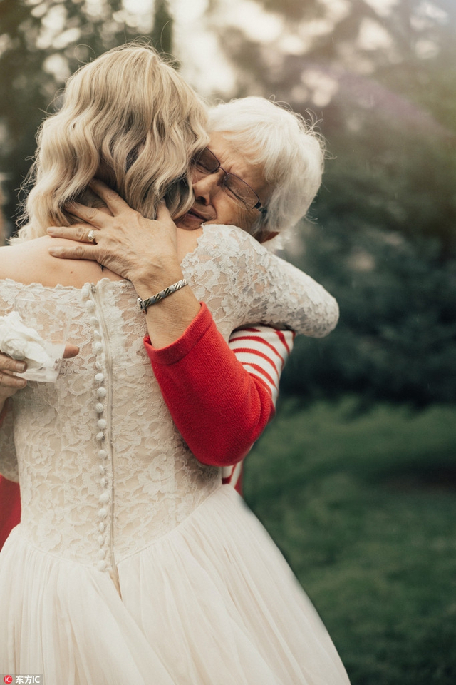 美国新娘穿奶奶55年前婚纱出嫁,奶奶惊喜落泪感动全场。